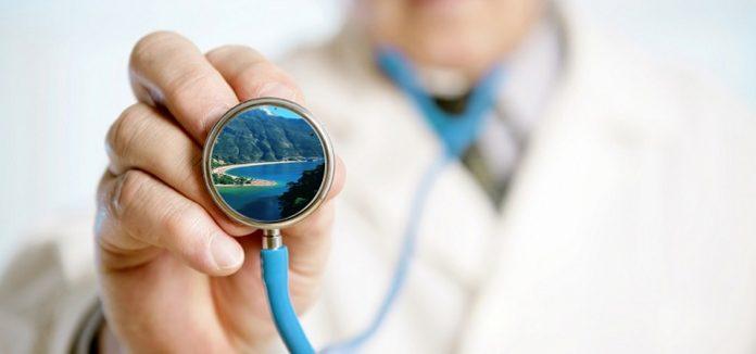 Ancak her yıl 1 milyon 800 bin Amerikalı, yüksek ameliyat maliyetleri nedeniyle, tedavi için başka ülkelere seyahat ediyor.