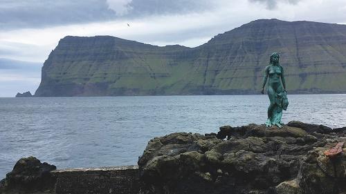"""Mikladalur köyünde ilginizi çekecek bir heykel mevcut. """"Seal woman"""""""