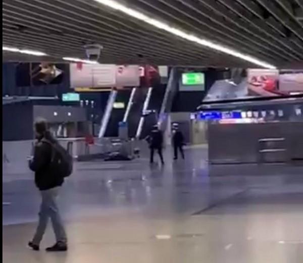 Frankfurt havalimanı saldırgan etkisiz hale getirildi.